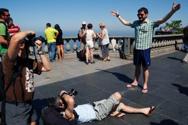 Todos los turistas quieren retratarse emulando la estatua del Cristo Redentor/Fotos Juan Coma