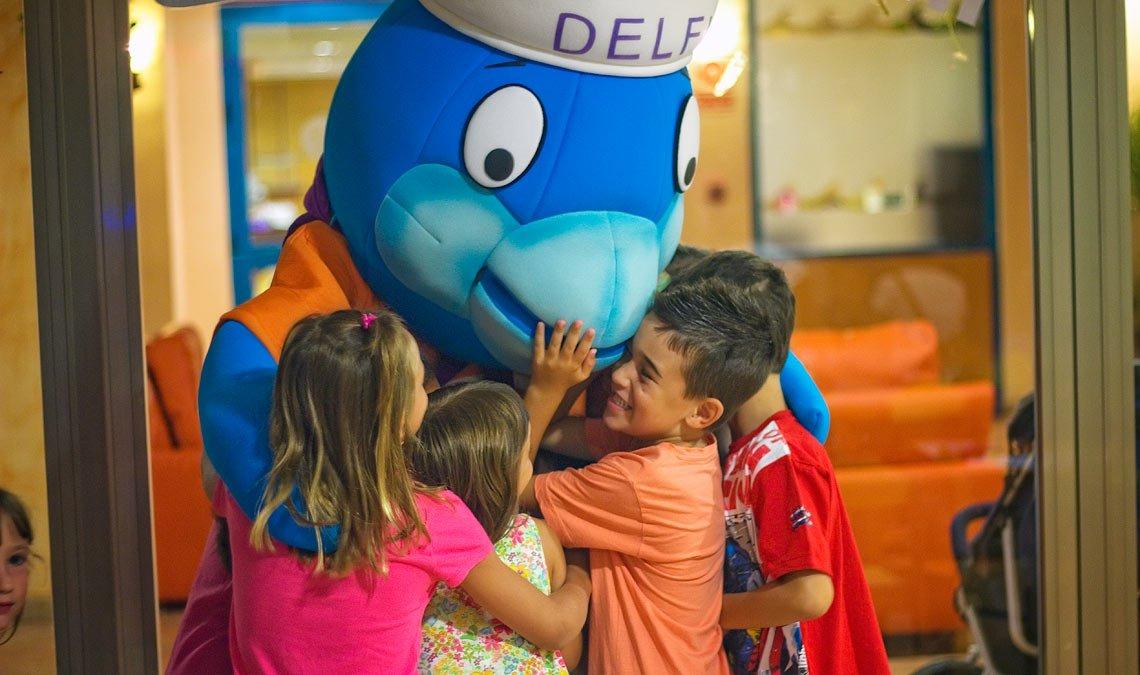 El peluche Delfi hace las delicias de los niños