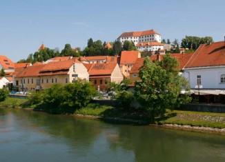 Vista del Castillo de Ptuj desde el río Drava