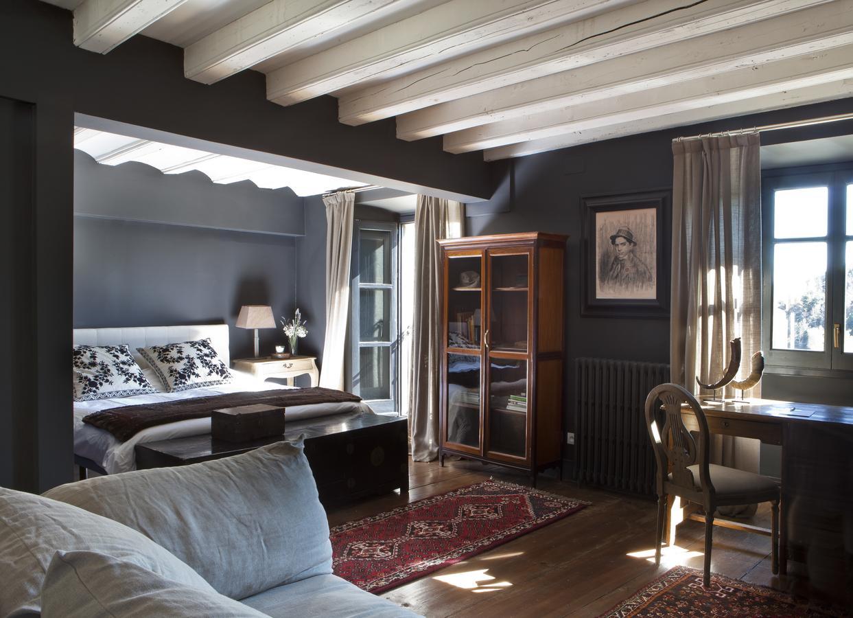 Las habitaciones de Le Château de Brangoly están decoradas con mucho estilo