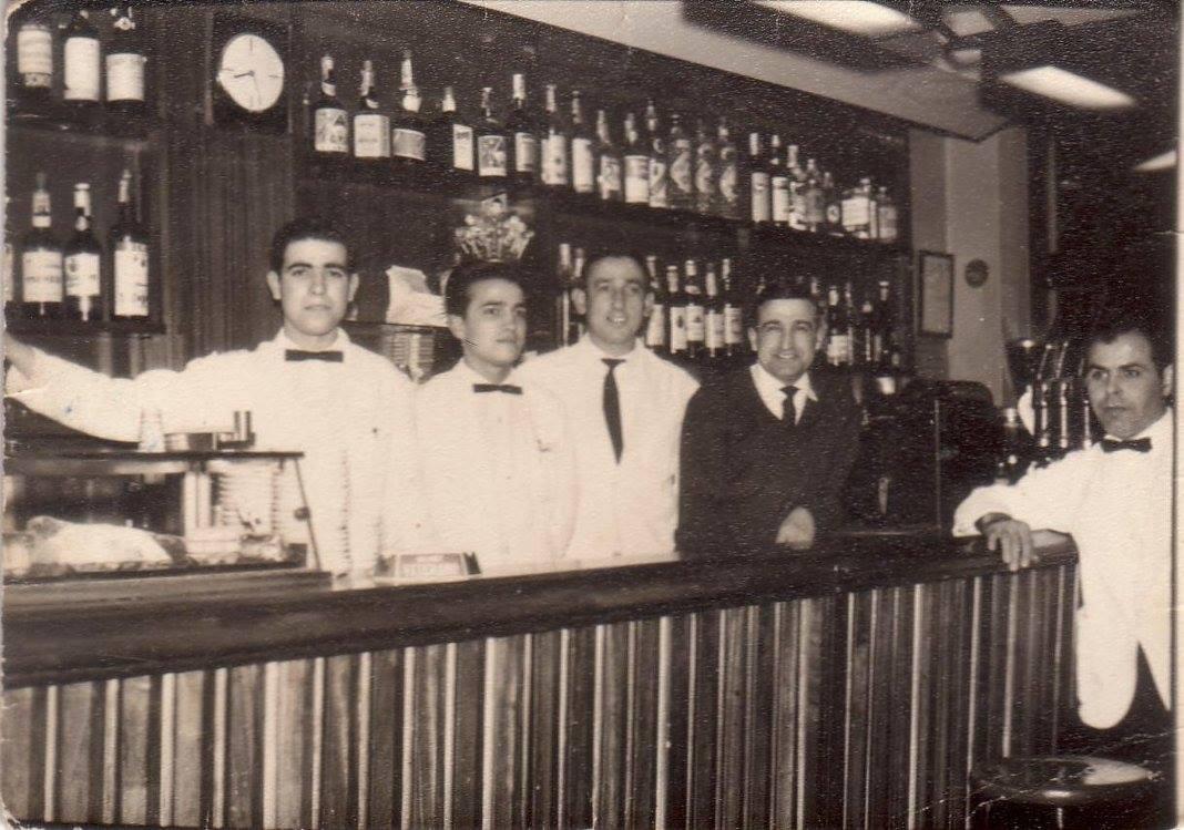 Personal del Bar Quimet d'Horta en el año 1966. © Quimet d'Horta