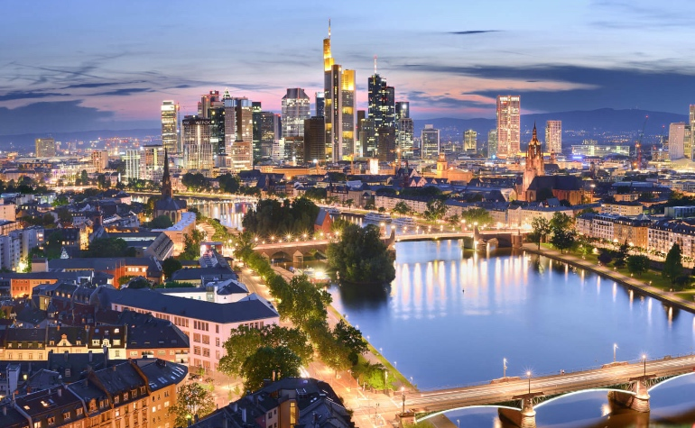 Vista nocturna de Frankfurt. Germany.travel