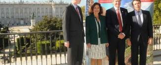 De izquierda a derecha: el presidente de CEIM, Arturo Fernández, el embajador de Noruega en Madrid, Johan Christopher, la alcaldesa de Madrid, Ana Botella, el consejero delegado de la compañía Norwegian Air Shuttle Asa, Bjorn Kjos, el presidente de la Comunidad de Madrid, Ignacio González, y la directora del Aeropuerto Madrid-Barajas, Elena Mayoral.
