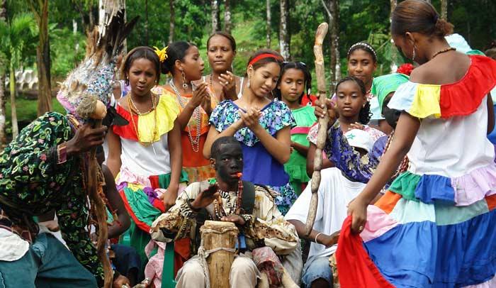 En Portobello viven los congos, descendientes de esclavos africanos que todavía conservan algunas costumbres y expresiones culturales como sus bailes y su música.