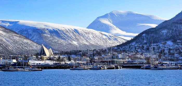 Tromsdalen, la parte de la ciudad en tierra firme. Al fondo, la Catedral del Ártico