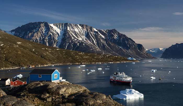 Vista del barco MS Fram en Ukkusissat, en la bahía de Disko, en Groenlandia