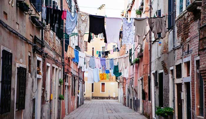 En el barrio del Castello es habitual ver calles llenas de ropa tendida