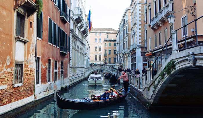 Gondolero en un canal de Venecia © Flaminia Pelazzi