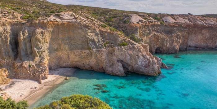 En Milos hay numerosos acantilados y playas a las que solo se accede por el mar