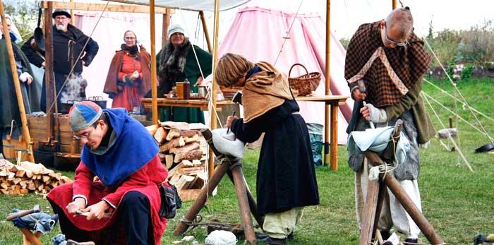 Feria de artesanía medieval a las afueras del castillo de Borgholm, uno de los más famosos de Suecia