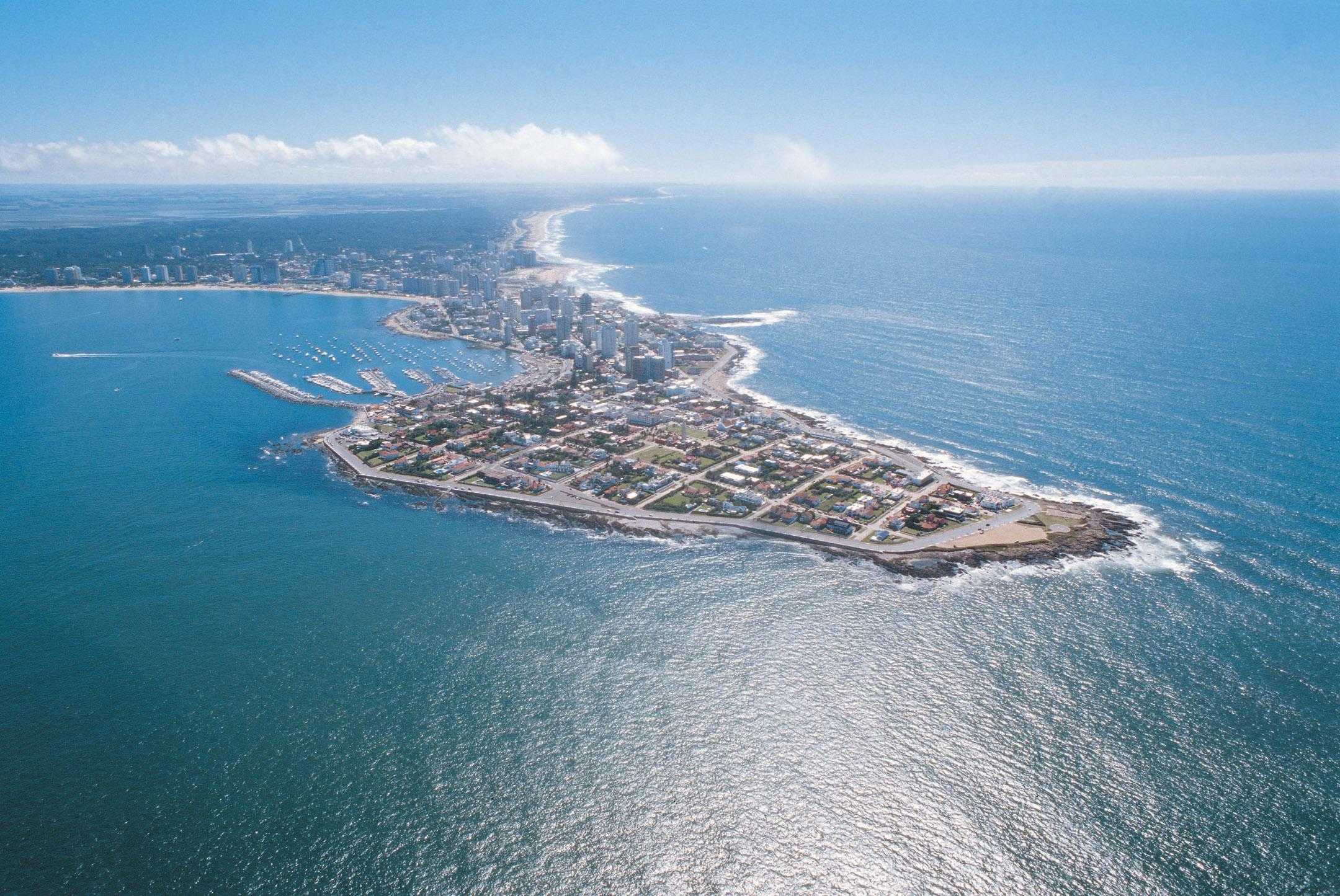 En Punta del Este se unen el Río de la Plata con el Océano Atlántico © Testoni Studios Ministerio de Turismo y Deporte de Uruguay