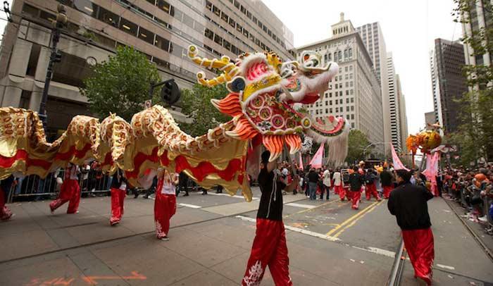Dragones dorados en Stockton Street de Chinatown de San Francisco © San Francisco Travel