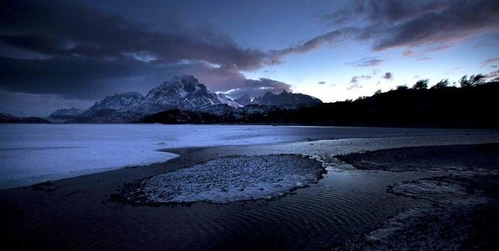 Al amanecer, una vista del Lago Grey congelado