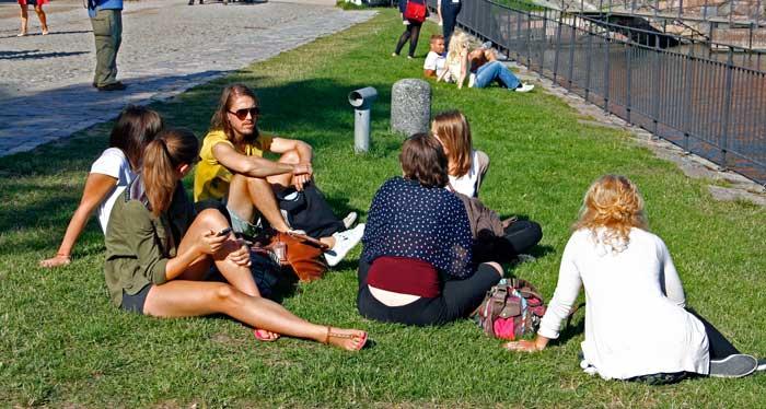Los jardines de Suomenlinna son ideales para hacer un picnic
