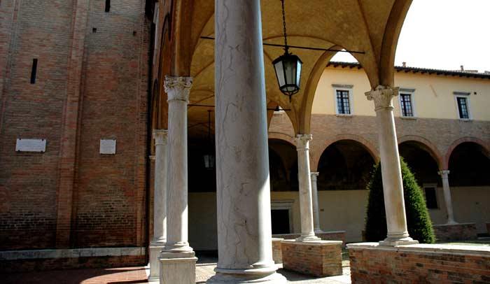Claustro de la Basílica de San Mercuriale. © Emilia Romagna Turismo.