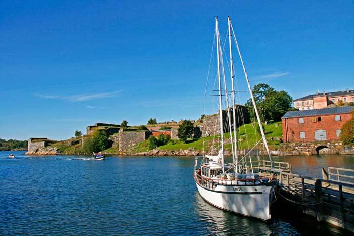 La fortaleza de Suomenlinna está sobre seis islas y cuenta con varios embarcaderos