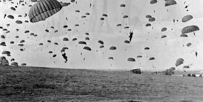 Paracaidistas aliados aterrizando en los Países Bajos en plena Segunda Guerra Mundial