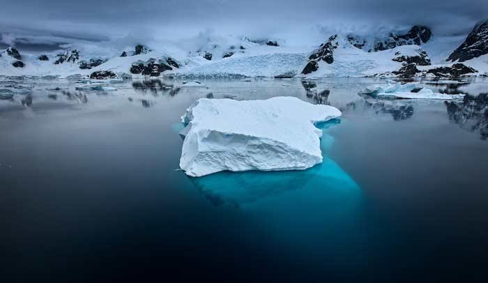 Iceberg cerca del canal de Lemaire (Antártida) © Kris Ubach y Roberto Iván Cano