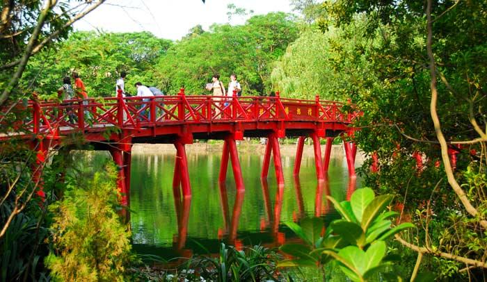 Puente de Té-Huc, por el que se accede al templo Ngoc Son