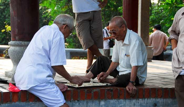 En Hanói se pueden ver muchos hombres jugando improvisadas partidas de damas