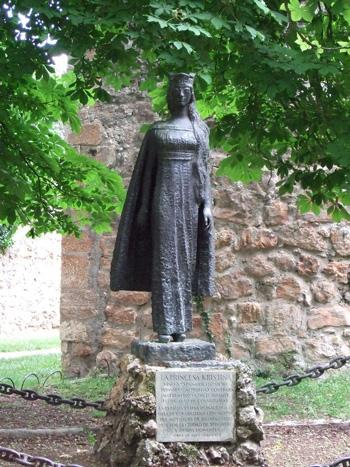 Estatua dedicada a Kristina de Noruega, en Covarrubias