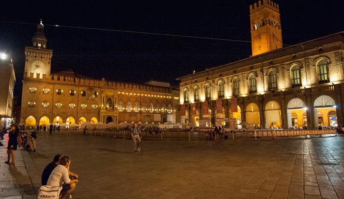 Vista nocturna de la Plaza Mayor de Bolonia