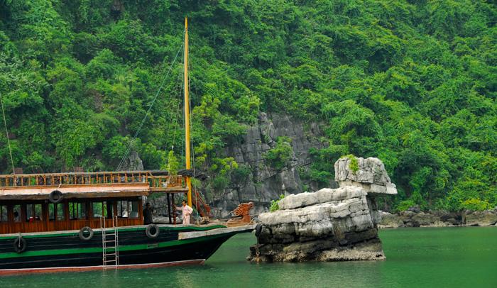 Barco que recorre la Bahía de Halong