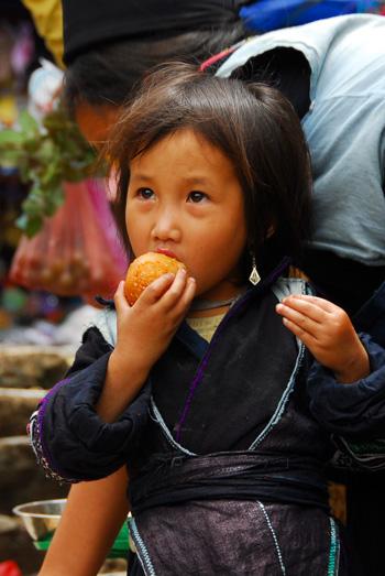 Niña vietnamita en el mercado de la localidad de Sapa, en la región de Lao Cai