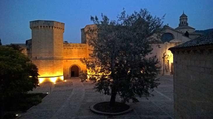 Vista nocturna del Monasterio de Poblet