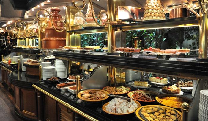 La Pastissérie hay más de 100 variedades de pasteles y una fuente de chocolate