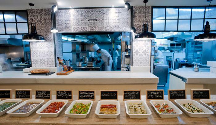 """Bufet de """"antipasti"""" en el restaurante Barcelona-Milano"""