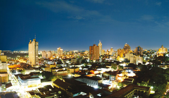 Vista nocturna de Asunción, capital de Paraguay