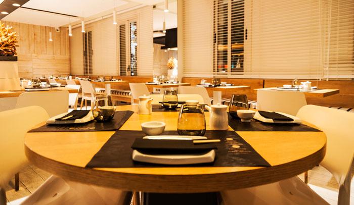 Decoración minimalista del restaurante Zuca Japonés. Fotografía Rodrigo Stocco.