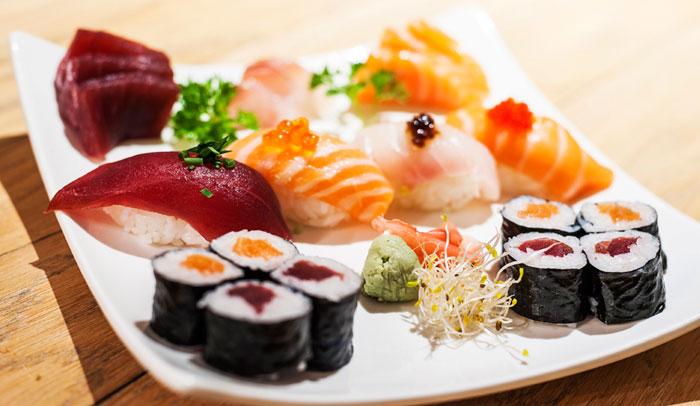 Combinado de sashimi, sushi y makis en Zuca Japonés. Fotografía Rodrigo Stocco.
