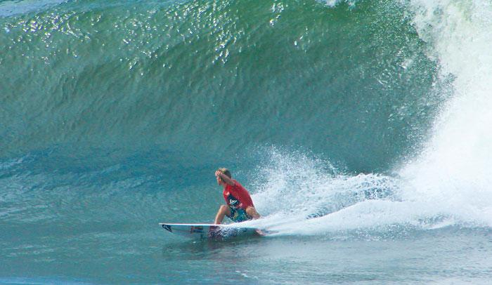 El surf es un deporte muy practicado en las playas de El Salvador.