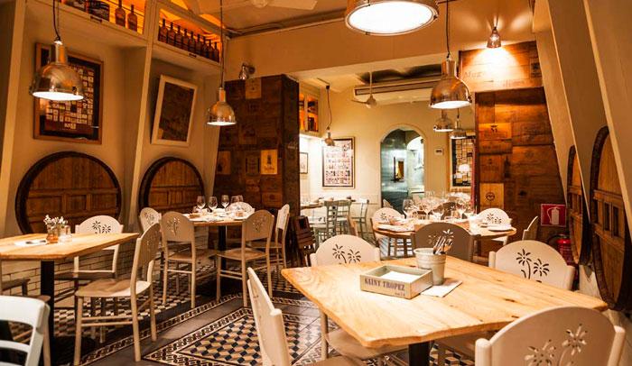 En Carlota Restaurant la madera está muy presente en el mobiliario.