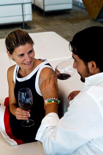 Pareja degustando vino de la Ribera del Duero