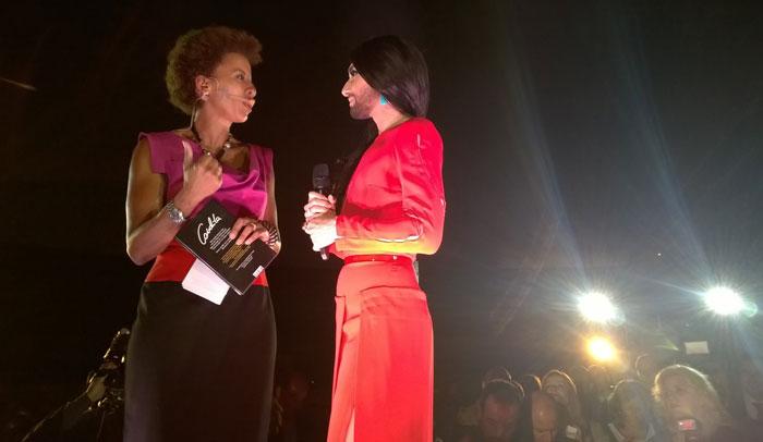 La presentadora Arabella Kisbauer y la cantante Conchita Wurst