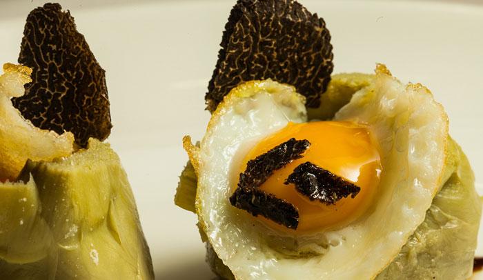 Alcachofas con foie, trufa y huevo de codorniz de el restaurante Ventorro. © Lucas Caraba.