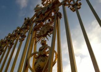 Emblema del Rey Sol, Luis XIV, en la verja del Castillo de Versalles