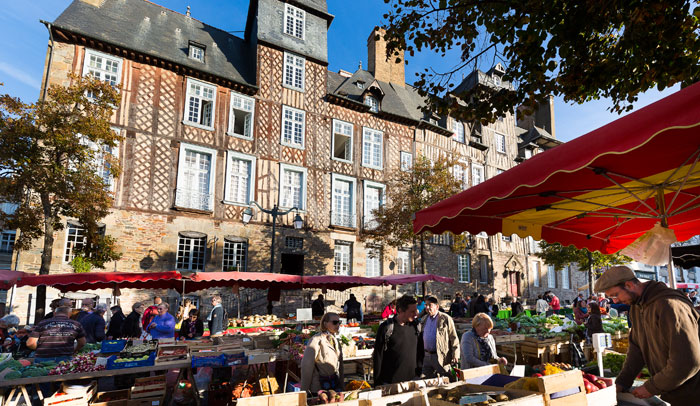 Mercado en la Plaza des Lices ®Destination Rennes Bruno Mazodier.