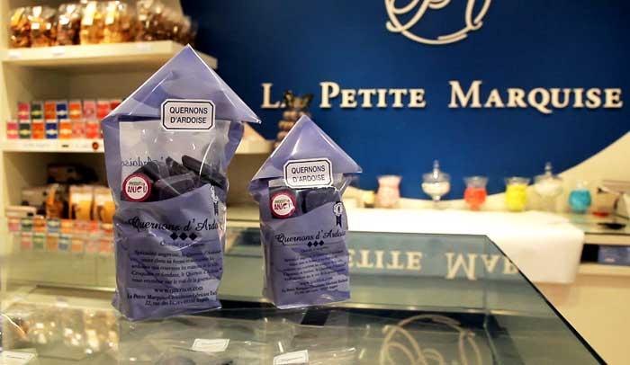 Quernons de Ardoise, chocolates de color azul típicos de Angers.