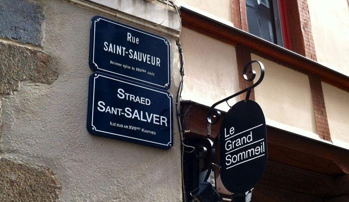 Algunos rótulos de las calles de Rennes están escritos en francés y en bretón.