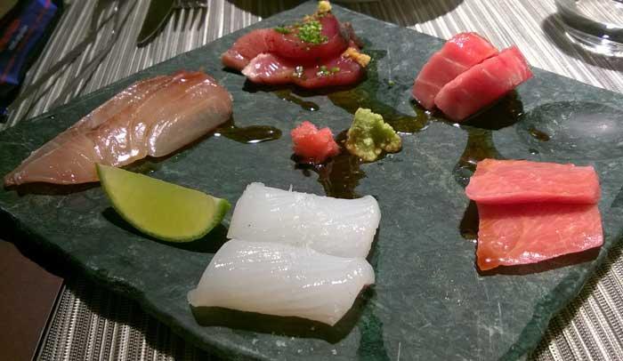 Variado de pescados kru: calamar, shima aji, bonito, akami y pez toro.