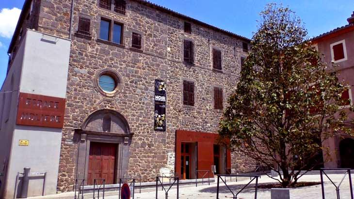 Edificio que acoge la Galería de la Perla Negra en Agde
