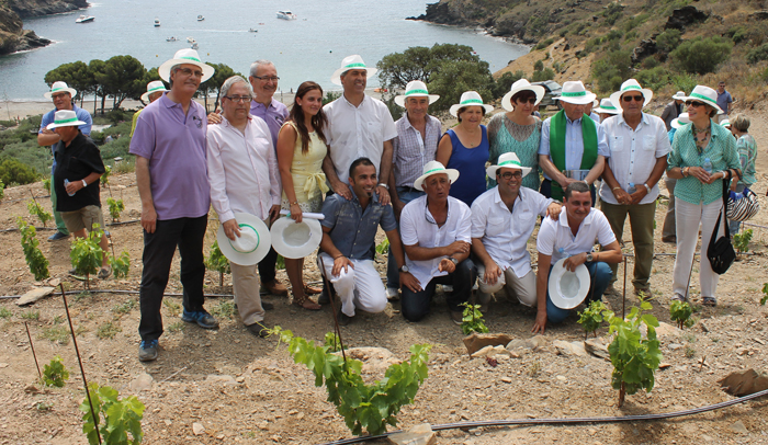 Foto de familia de los asistentes a la inauguración del viñedo de Cala Jóncols