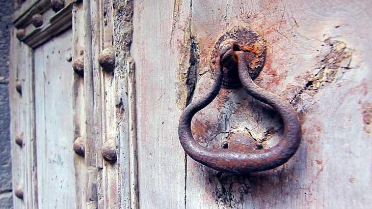 Detalle de una puerta de uno de los numerosos palacios de Agde