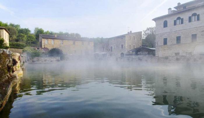 Plaza principal Bagno Vignoni con vapor de agua