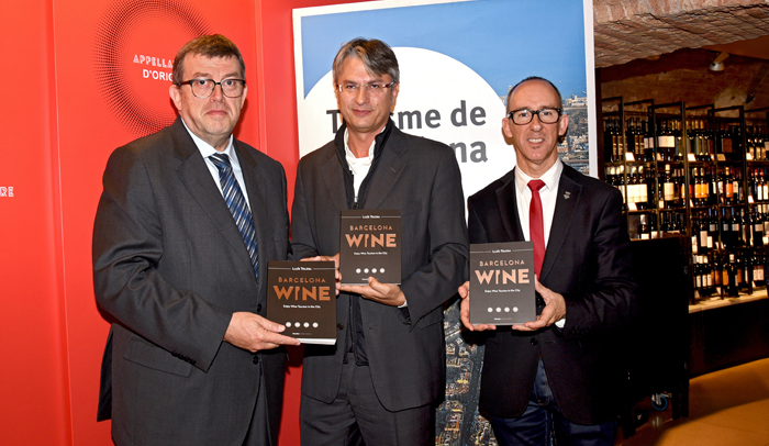 Jordi William Carnes, director general de Turisme de Barcelona; Lluís Tolosa, autor del libro; y Miquel Forns, diputado de Turisme de la Diputación de Barcelona.