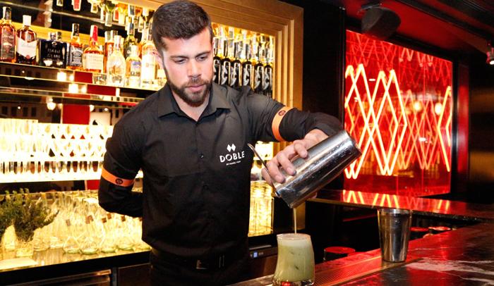 Manel Vehí realizando uno de sus cócteles